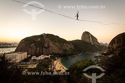 Praticante de slackline com o Pão de Açúcar ao fundo durante o pôr do sol  - Rio de Janeiro - Rio de Janeiro (RJ) - Brasil