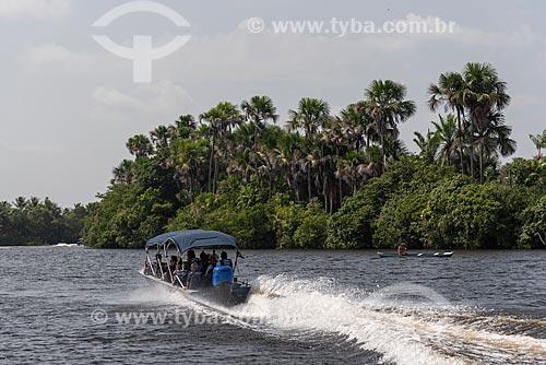 Lancha navegando no Rio Preguiças próximo ao Parque Nacional dos Lençóis Maranhenses  - Barreirinhas - Maranhão (MA) - Brasil