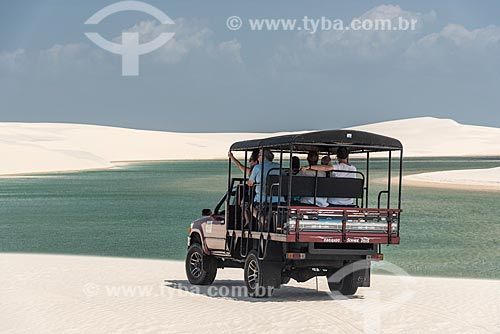Turistas durante o passeio Jeep pelo Parque Nacional dos Lençóis Maranhenses  - Barreirinhas - Maranhão (MA) - Brasil