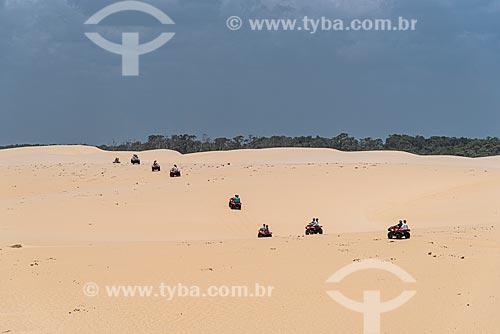 Turistas durante passeio de quadriciclo pelo Parque Nacional dos Lençóis Maranhenses  - Barreirinhas - Maranhão (MA) - Brasil