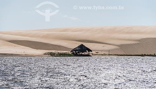 Cabana de pescador rústica no Rio Preguiças próximo ao Parque Nacional dos Lençóis Maranhenses  - Barreirinhas - Maranhão (MA) - Brasil