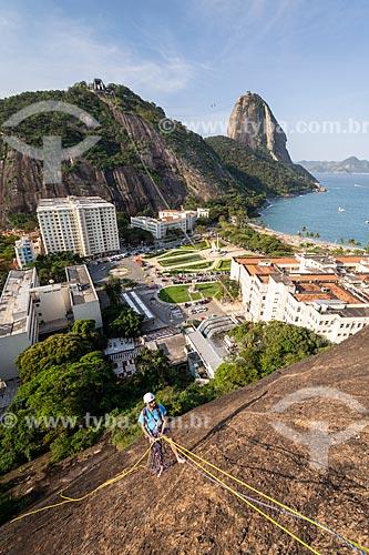 Detalhe de alpinista durante a escalada do morro do Morro da Babilônia com o Pão de Açúcar ao fundo  - Rio de Janeiro - Rio de Janeiro (RJ) - Brasil