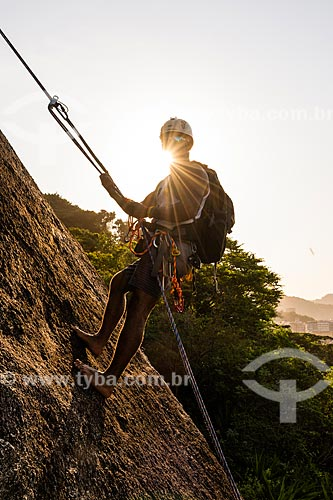 Detalhe de alpinista durante a escalada do morro do Morro da Babilônia durante o pôr do sol  - Rio de Janeiro - Rio de Janeiro (RJ) - Brasil