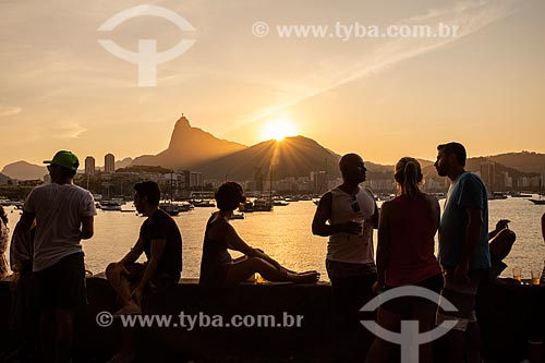 Pessoas observando o pôr do sol a partir da Mureta da Urca  - Rio de Janeiro - Rio de Janeiro (RJ) - Brasil