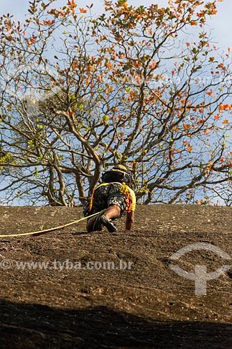 Detalhe de alpinista durante a escalada da face norte do Morro da Urca  - Rio de Janeiro - Rio de Janeiro (RJ) - Brasil
