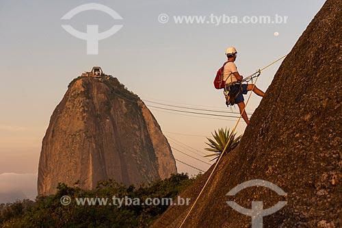 Alpinista durante a escalada no Morro da Urca durante o pôr do sol com o Pão de Açúcar ao fundo  - Rio de Janeiro - Rio de Janeiro (RJ) - Brasil