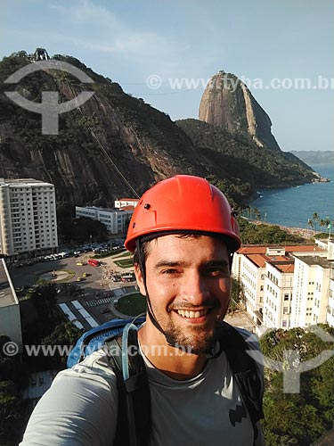 Alpinista fazendo uma selfie durante a escalada no Morro da Urca com o Pão de Açúcar ao fundo  - Rio de Janeiro - Rio de Janeiro (RJ) - Brasil