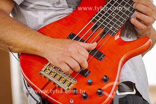 Detalhe de músico tocando baixo elétrico  - Guarani - Minas Gerais (MG) - Brasil