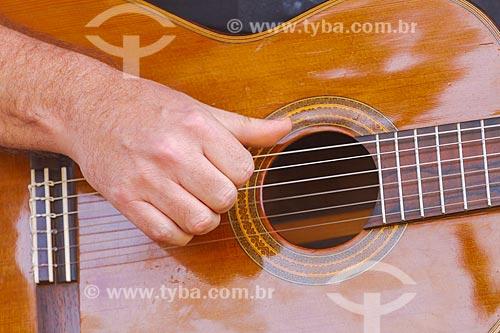 Detalhe de mão de músico tocando violão   - Guarani - Minas Gerais (MG) - Brasil