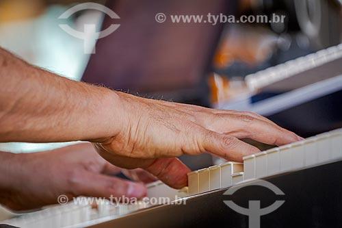 Detalhe de mão de músico tocando piano elétrico  - Guarani - Minas Gerais (MG) - Brasil