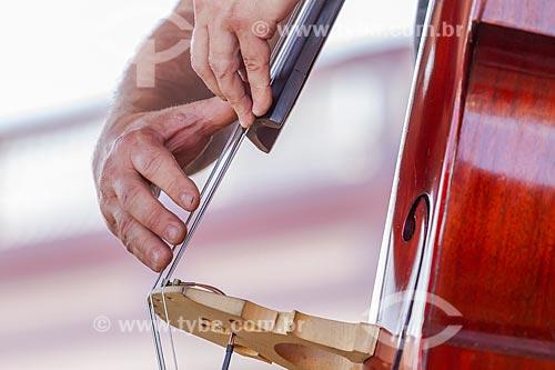 Detalhe de mão de músico tocando baixo acústico  - Guarani - Minas Gerais (MG) - Brasil