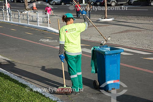 Gari limpando rua de Angra dos Reis  - Angra dos Reis - Rio de Janeiro (RJ) - Brasil