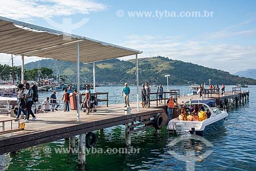 Passageiros desembarcando no pier da cidade  - Angra dos Reis - Rio de Janeiro (RJ) - Brasil