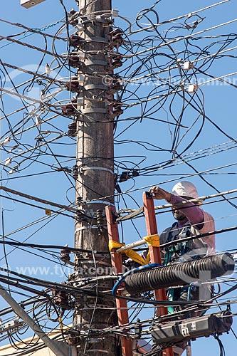 Funcionário da EDP - concessionária de serviços de transmissão de energia - fazendo a manutenção da rede elétrica  - Caraguatatuba - São Paulo (SP) - Brasil