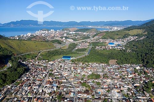 Foto feita com drone de bairro popular  - Caraguatatuba - São Paulo (SP) - Brasil
