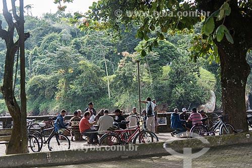 Pessoas jogando baralho em área de lazer na foz do Rio Grande  - Ubatuba - São Paulo (SP) - Brasil