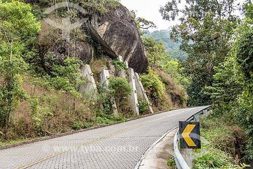 Rocha escorada com concreto na Rodovia (RJ-165) Estrada Parque Comendador Antonio Conti - Estrada Parque Paraty-Cunha - Antiga Estrada Real do Caminho do Ouro  - Paraty - Rio de Janeiro (RJ) - Brasil
