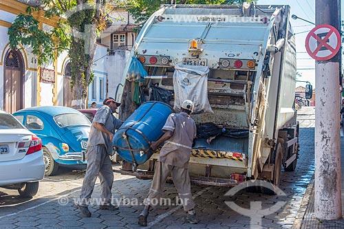 Coleta de lixo no centro da cidade de Cunha  - Cunha - São Paulo (SP) - Brasil