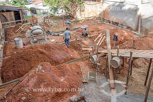 Operários fazendo fundação de casa  - Cunha - São Paulo (SP) - Brasil