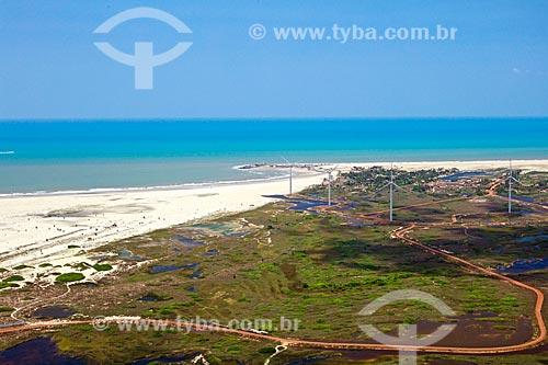 Vista dos aerogeradores do Parque eólico Pedra do Sal próximo à Praia da Pedra do Sal  - Ilha Grande - Piauí (PI) - Brasil