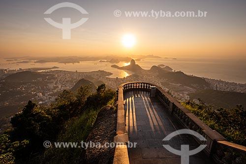 Vista do Pão de Açúcar e da Enseada de Botafogo a partir do mirante do Cristo Redentor durante o amanhecer  - Rio de Janeiro - Rio de Janeiro (RJ) - Brasil