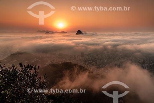 Vista do Pão de Açúcar entre nuvens a partir do mirante do Cristo Redentor durante o amanhecer  - Rio de Janeiro - Rio de Janeiro (RJ) - Brasil