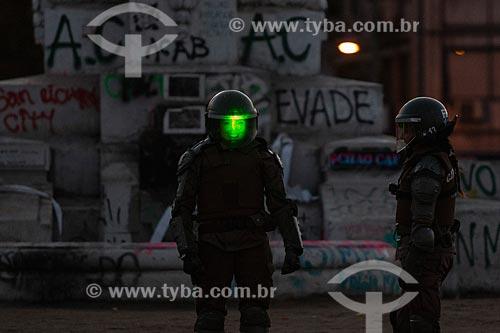 Policial feminina durante Manifestação de músicos e ciclistas contra o governo do presidente Sebastián Piñera e a repressão  - Santiago - Província de Santiago - Chile