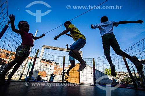 Crianças brincando em cama elástica durante o Fórum BASTA DE VIOLÊNCIA! Outra Maré é Possível  - Rio de Janeiro - Rio de Janeiro - Brasil