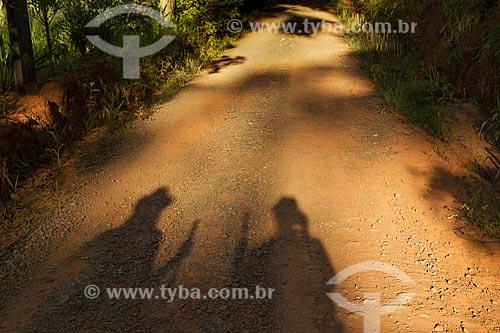 Sombra de casal em estrada de terra  - Guarani - Minas Gerais (MG) - Brasil