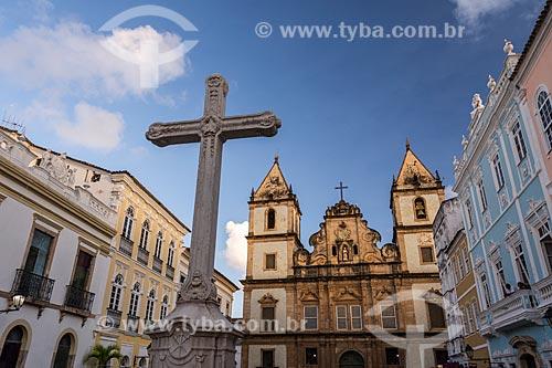 Cruzeiro no Largo do Cruzeiro de São Francisco com o Convento e Igreja de São Francisco (Século XVIII) ao fundo  - Salvador - Bahia (BA) - Brasil