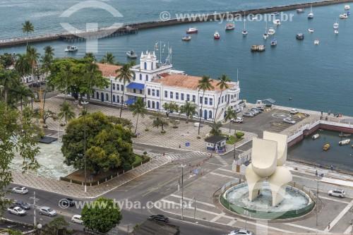Vista da Cidade Baixa com antiga Escola de Aprendizes de Marinheiro no Segundo Distrito Naval e o Monumento à Cidade do Salvador (1970) - Salvador - Bahia (BA) - Brasil