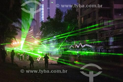 Manifestações contra o governo do presidente Sebastián Piñera, a desigualdade social e a repressão - Manifestantes utilizando lasers para evitar reconhecimento facial - Santiago - Província de Santiago - Chile
