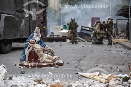 Manifestações contra o governo do presidente Sebastián Piñera, a desigualdade social e a repressão - Imagens sacras destruídas por manifestantes - Santiago - Província de Santiago - Chile