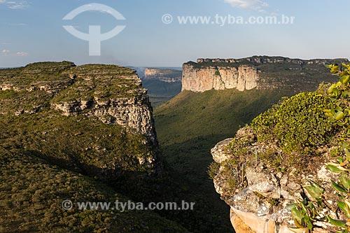 Carros parados próximos à antena de telecomunicação - Parque Nacional da Chapada Diamantina  - Palmeiras - Bahia (BA) - Brasil
