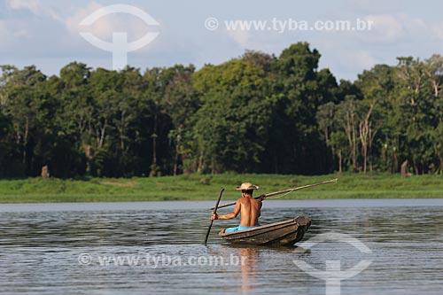 Pescador com arpão e zagaia durante a Pesca do Pirarucu (Arapaima gigas) - Reserva de Desenvolvimento Sustentável Piagaçu-Purus  - Beruri - Amazonas (AM) - Brasil