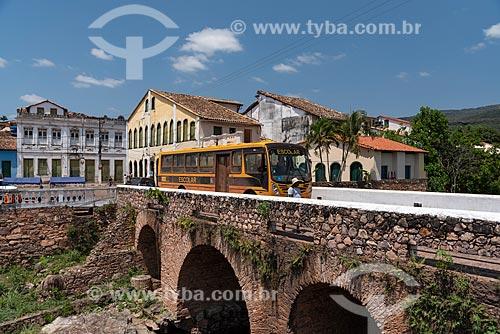 Ônibus escolar na Ponte de Pedra (1860) - Sobre o Rio Lençóis  - Lençóis - Bahia (BA) - Brasil