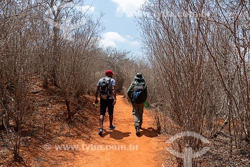 Turistas caminhando por trilha  - Iraquara - Bahia (BA) - Brasil