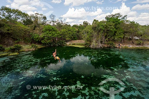 Tirolesa sobre rio de água azul na Gruta da Pratinha  - Iraquara - Bahia (BA) - Brasil