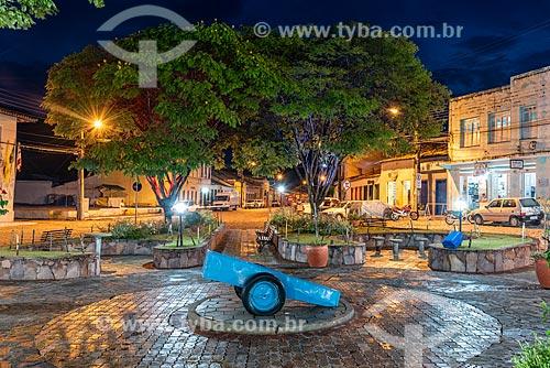 Praça central com carrinho utilizado na mineração  - Mucugê - Bahia (BA) - Brasil