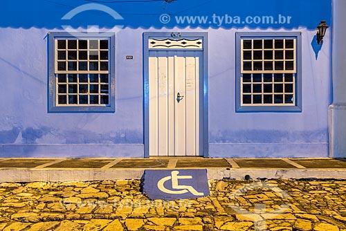 Sinalização de acessibilidade e rampa para calçada no centro histórico de Mucugê  - Mucugê - Bahia (BA) - Brasil