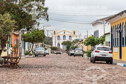 Rua do centro histórico com Igreja Matriz de Santa Isabel ao fundo  - Mucugê - Bahia (BA) - Brasil