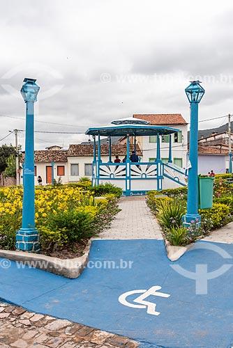 Sinalização de acessibilidade e rampa para calçada  - Coreto ao fundo  - Mucugê - Bahia (BA) - Brasil