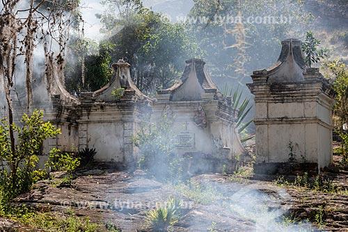 Fumaça perto de cemitério em estilo bizantino  - Andaraí - Bahia (BA) - Brasil