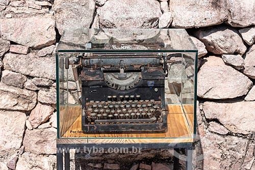 Antiga máquina de escrever em casa feita de pedra, utilizada por antigos garimpeiros  - Andaraí - Bahia (BA) - Brasil
