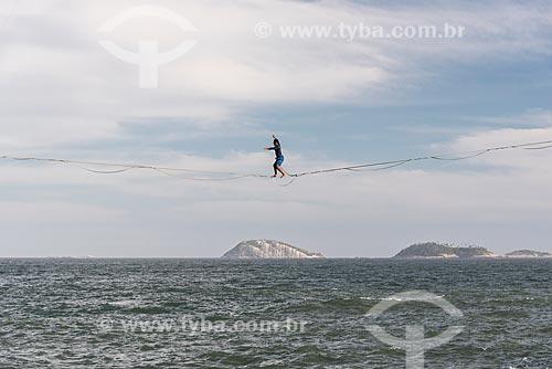 Praticante de slackline na orla do Rio de Janeiro com o Monumento Natural das Ilhas Cagarras ao fundo  - Rio de Janeiro - Rio de Janeiro (RJ) - Brasil