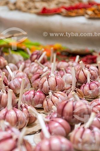 Detalhe de alho (Allium sativum) à venda em feira livre  - Rio de Janeiro - Rio de Janeiro (RJ) - Brasil