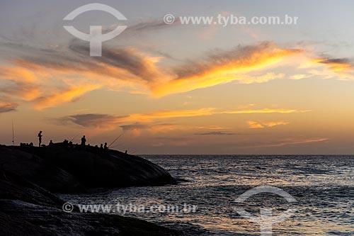 Pescadores na Pedra do Arpoador ao pôr do sol  - Rio de Janeiro - Rio de Janeiro (RJ) - Brasil