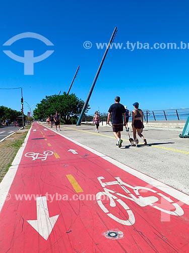 Pessoas caminhando na Nova Orla do Guaíba  - Porto Alegre - Rio Grande do Sul (RS) - Brasil