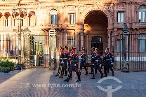 Soldados Grandadeiros carregando bandeira em frente a Casa Rosada (1898) - também conhecida como Casa de Gobierno é a sede do governo da Argentina  - Buenos Aires - Província de Buenos Aires - Argentina