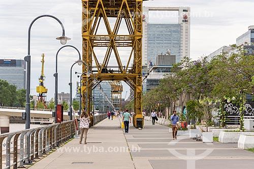Pessoas caminhando na orla de Puerto Madero  - Buenos Aires - Província de Buenos Aires - Argentina